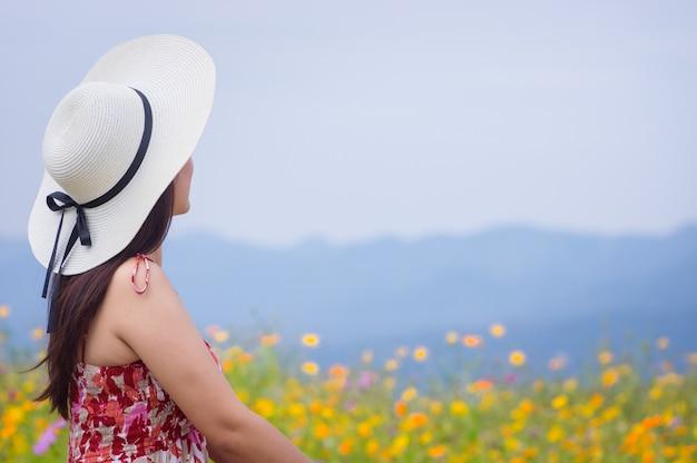 Piękna kobieta w natura kwiacie.