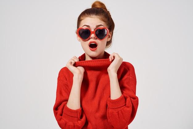 Piękna kobieta w nowoczesnym stylu okulary przeciwsłoneczne atrakcyjny wygląd