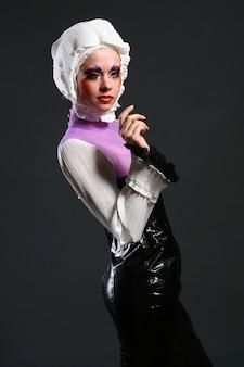 Piękna kobieta w obrazie mody