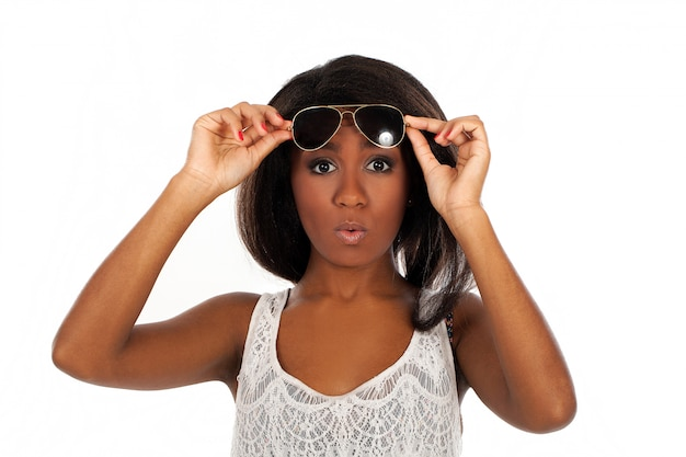 Piękna kobieta w okularach przeciwsłonecznych jest zaskoczona