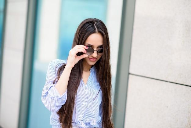 Piękna kobieta w okularach przeciwsłonecznych