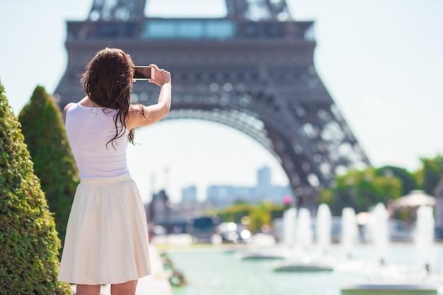 Piękna kobieta w paryżu tle wieża eiffla podczas letnich wakacji