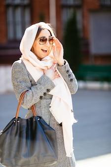 Piękna kobieta w płaszczu, pozowanie na ulicy