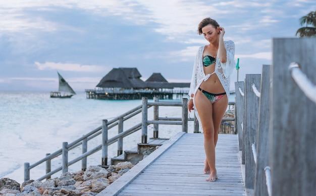 Piękna kobieta w pływackiej odzieży oceanem