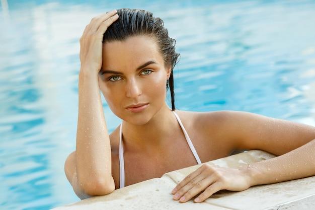 Piękna kobieta w pływackim basenie