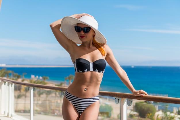 Piękna kobieta w pobliżu basenu