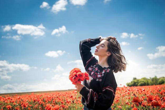 Piękna kobieta w polu maku, ciesz się latem. miłośnik natury romantycznego nastroju