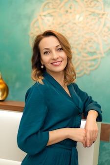 Piękna kobieta w recepcji w centrum jogi i odnowy biologicznej.