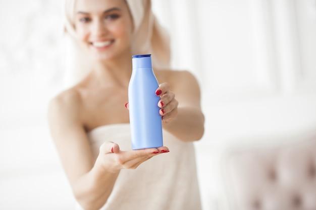 Piękna kobieta w ręczniku po kąpieli