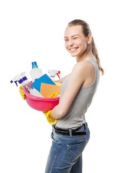 Piękna kobieta w rękawiczkach z umywalką na białym