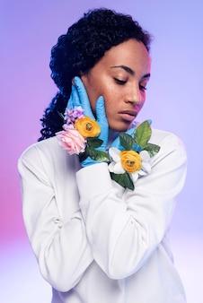 Piękna kobieta w rękawiczki kwiatowy pozowanie