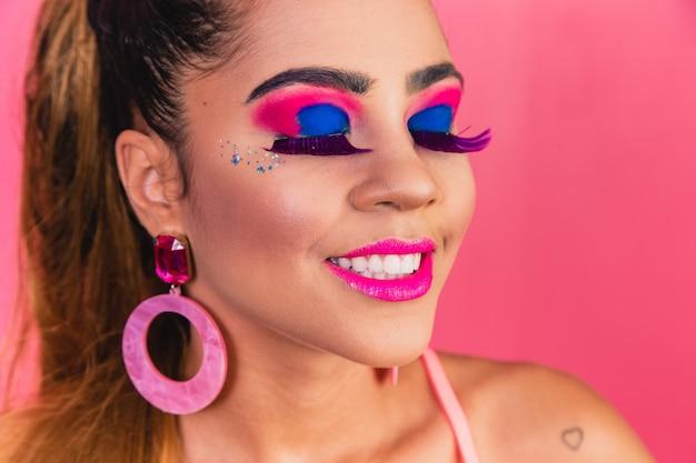 Piękna kobieta w różnych kolorach w makijażu. kolorowe inspiracje do makijażu na imprezę. karnawałowy makijaż