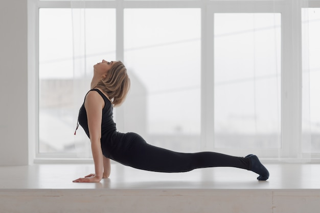 Piękna kobieta w sala ćwiczy joga