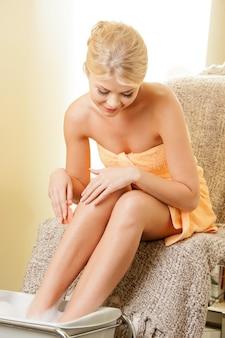 Piękna kobieta w salonie spa po pedicure