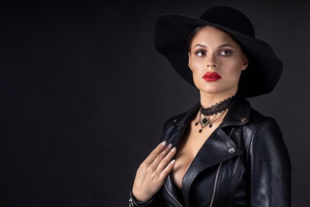 Piękna kobieta w skórzanej kurtce