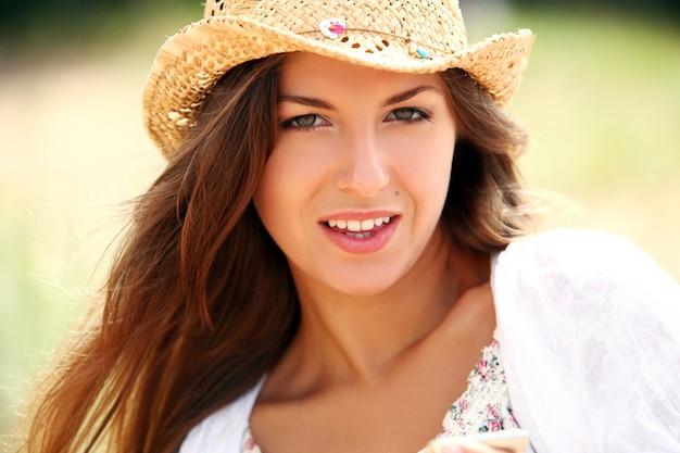 Piękna kobieta w słomkowym kapeluszu