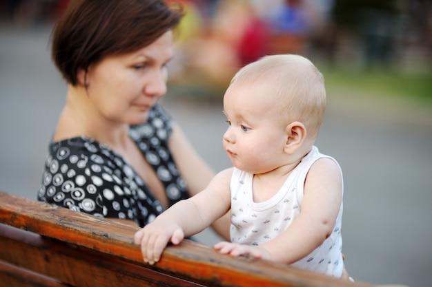 Piękna kobieta w średnim wieku i jej uroczy mały wnuk w mieście