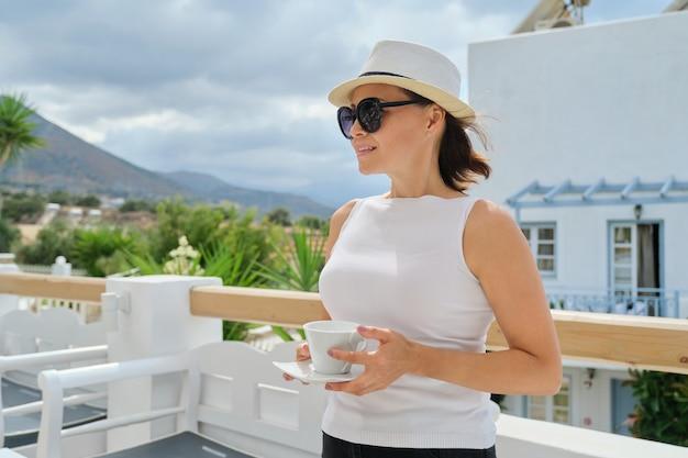 Piękna kobieta w średnim wieku na wakacjach w hotelu spa, kobieta odpoczywa przy filiżance kawy