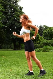 Piękna kobieta w średnim wieku, poćwiczyć
