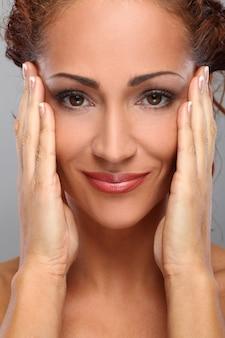 Piękna kobieta w średnim wieku z makijażem