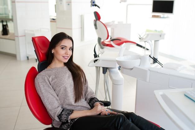 Piękna kobieta w stomatologii