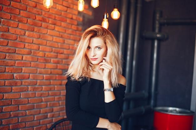 Piękna kobieta w studiu