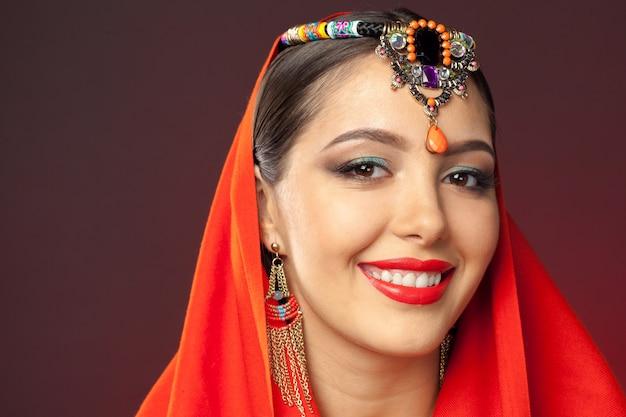 Piękna kobieta w stylu orientalnym z mehendi w ciemności