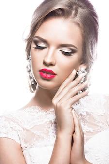 Piękna kobieta w sukni ślubnej, wizerunek panny młodej. piękna twarz.