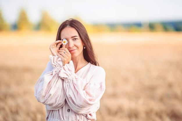Piękna kobieta w sukni w polu pszenicy