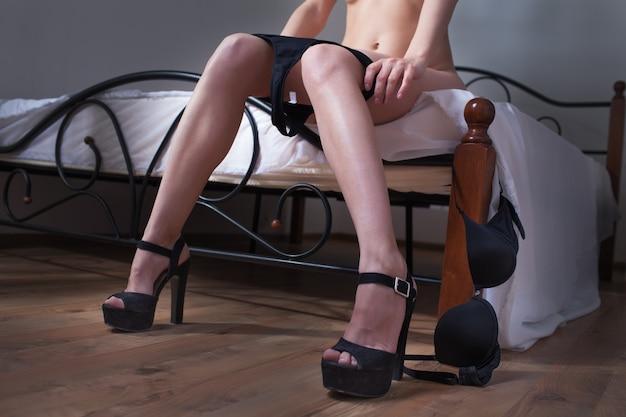 Piękna kobieta w sypialni nosi bieliznę