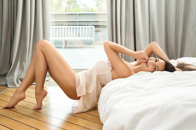 Piękna kobieta w sypialni
