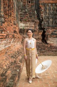 Piękna kobieta w tajlandzkim starym tradycyjnym kostiumu, portret przy antyczną świątynią ayutthaya
