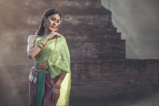 Piękna kobieta w tradycyjnym stroju