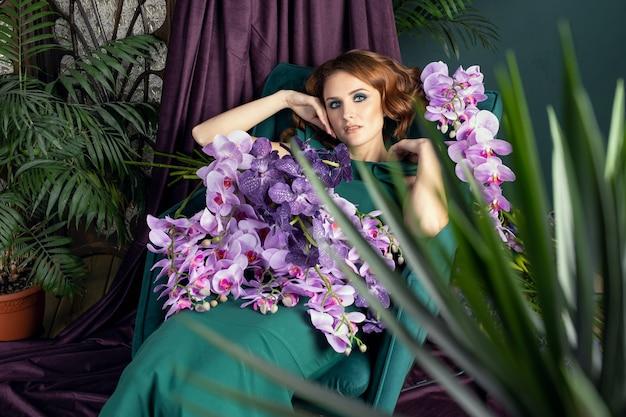 Piękna Kobieta W Zielonej Sukni Premium Zdjęcia