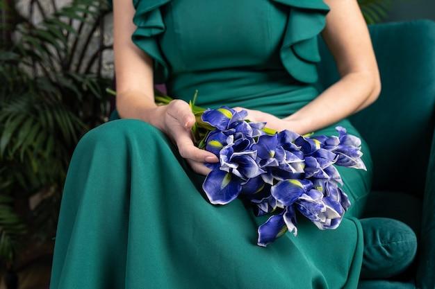 Piękna kobieta w zielonej sukni