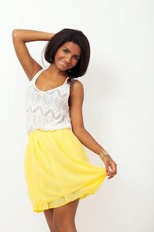 Piękna kobieta w żółtej spódnicy
