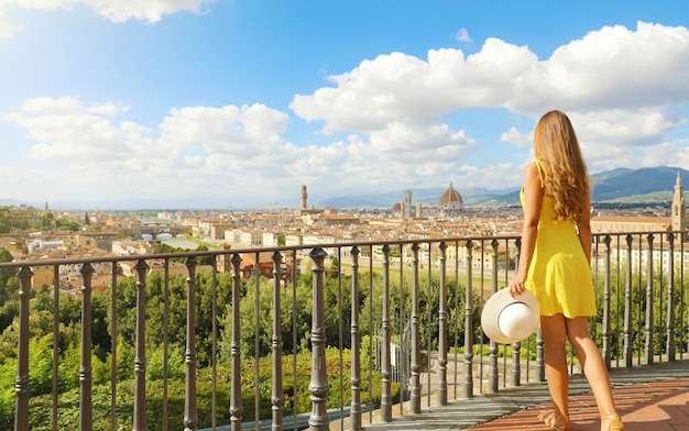 Piękna kobieta we florencji, miejsce narodzin renesansu. pełny widok długości ładnej dziewczyny z panoramicznym widokiem na miasto florencja w toskanii we włoszech.