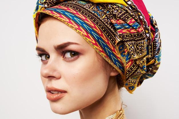 Piękna kobieta wielobarwny turban na głowie zbliżenie tradycyjnej dekoracji odzieży.