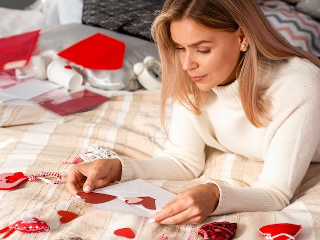 Piękna kobieta wprowadzenie serca w kopercie