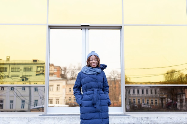 Piękna kobieta wyłania się zimą z centrum biznesowego