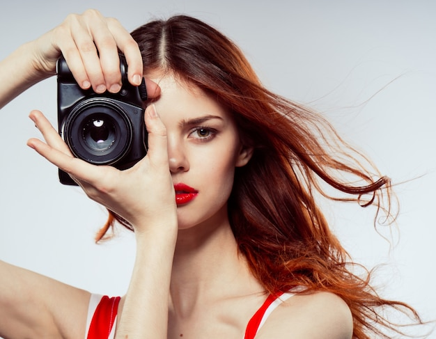 Piękna kobieta z aparatem cyfrowym
