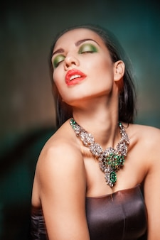 Piękna kobieta z biżuterią w ciemności