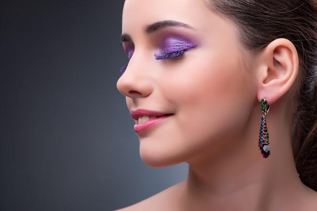 Piękna kobieta z biżuterią w koncepcji mody