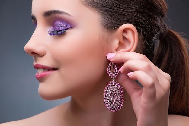 Piękna kobieta z biżuterią w mody pojęciu