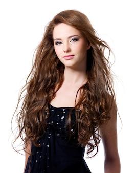 Piękna kobieta z brązowymi długimi włosami na białym tle