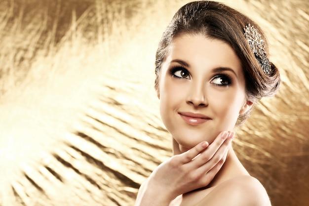 Piękna kobieta z broszką we włosach