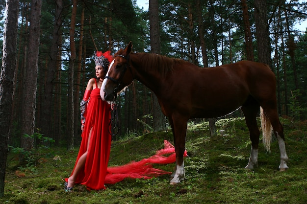 Piękna kobieta z brown koniem