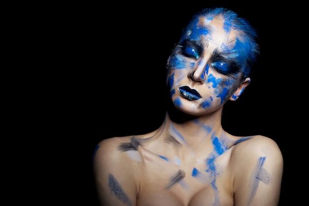 Piękna kobieta z ciekawym makijażem
