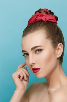 Piękna kobieta z czerwonymi ustami