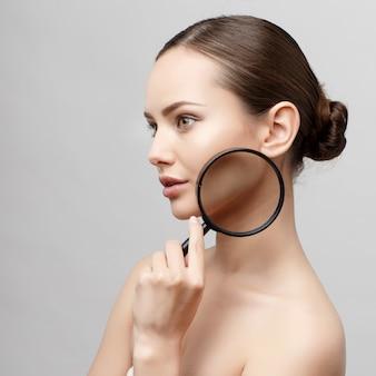 Piękna kobieta z czystą, świeżą skórą